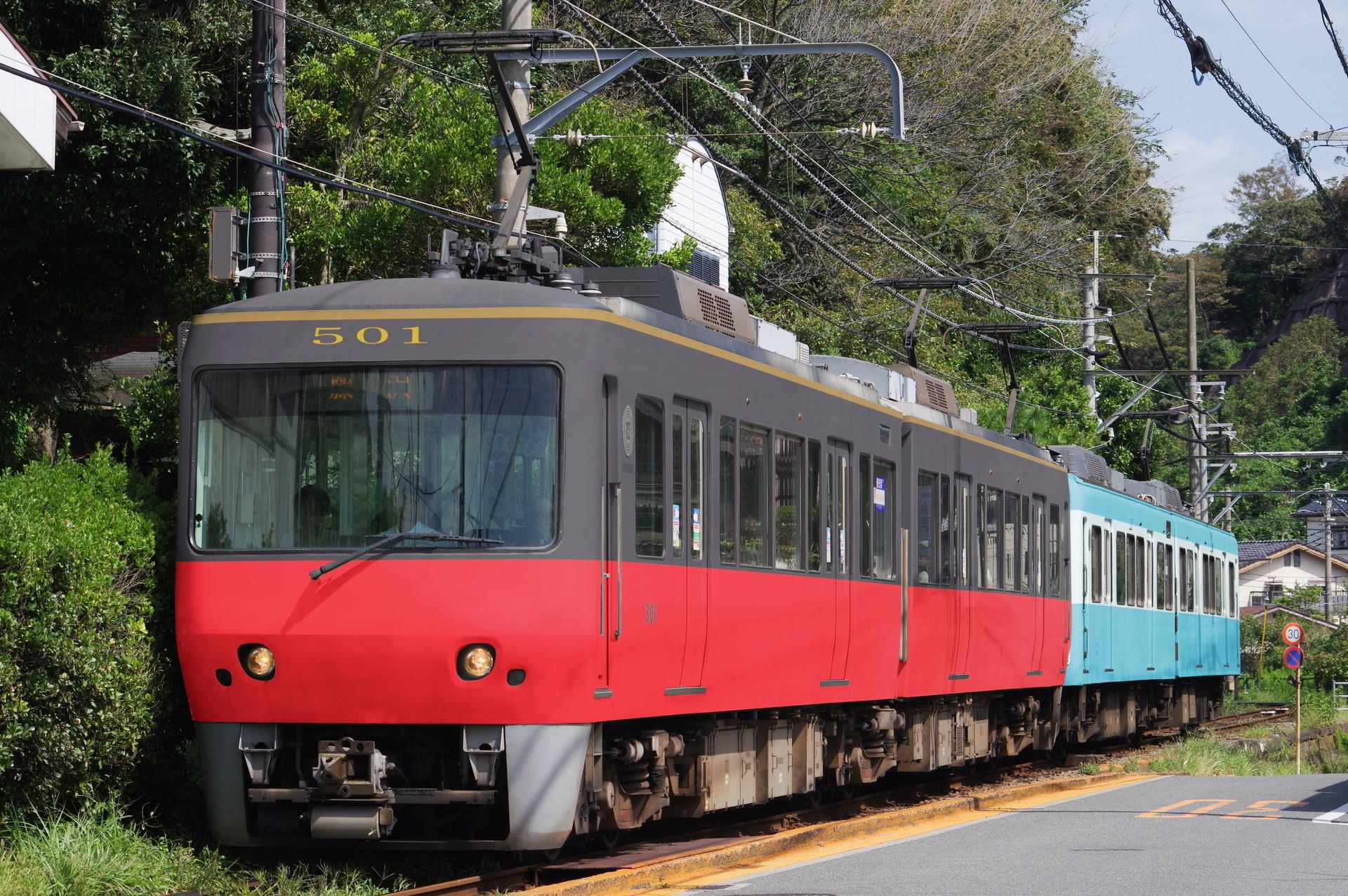 銚子電鉄標準色に塗られた江ノ電500形と、水色に塗られた1200形(ウソ電)