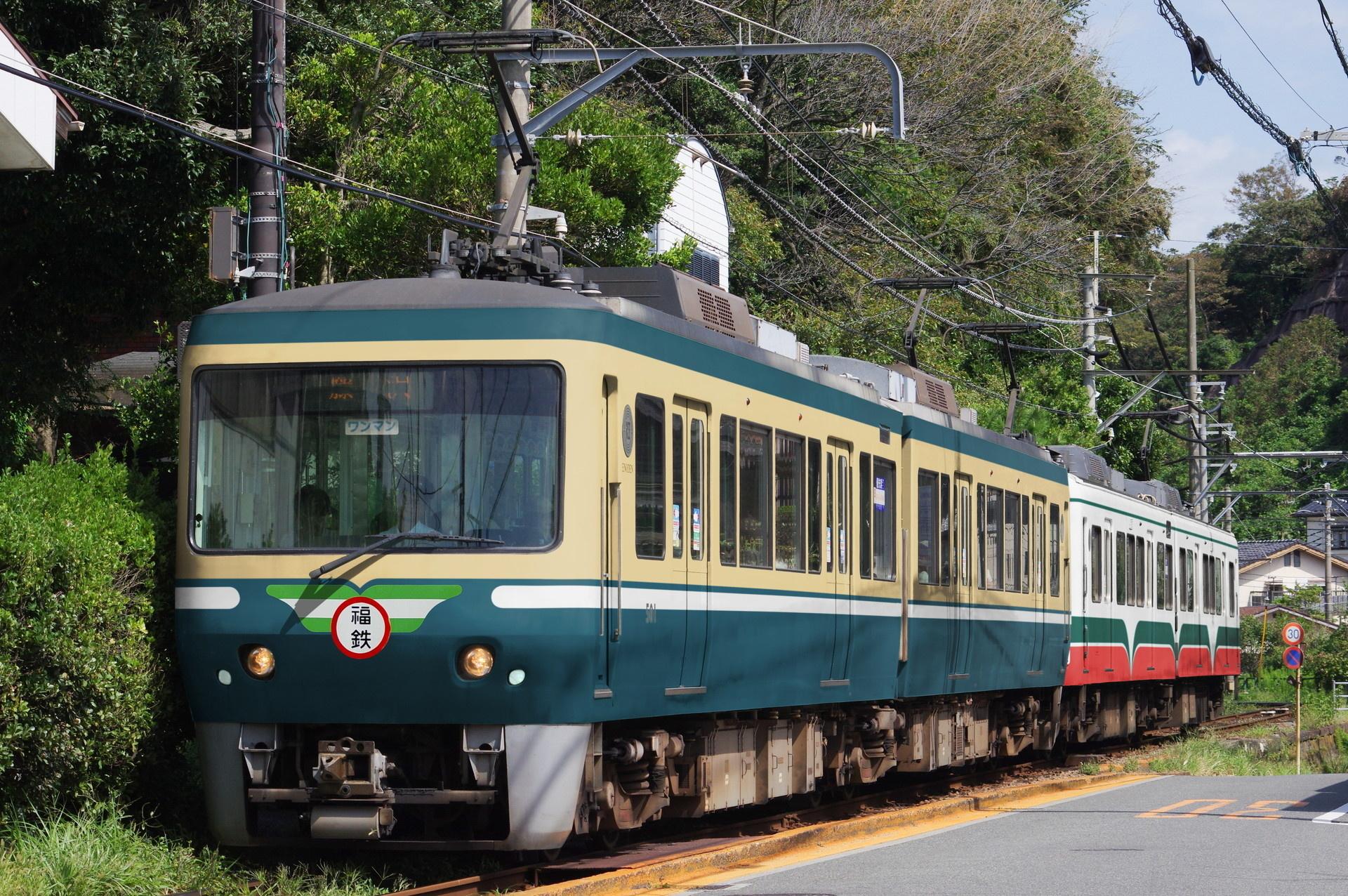 福鉄急行色に塗られた江ノ電500形と、福鉄610形風色の1200形(ウソ電)