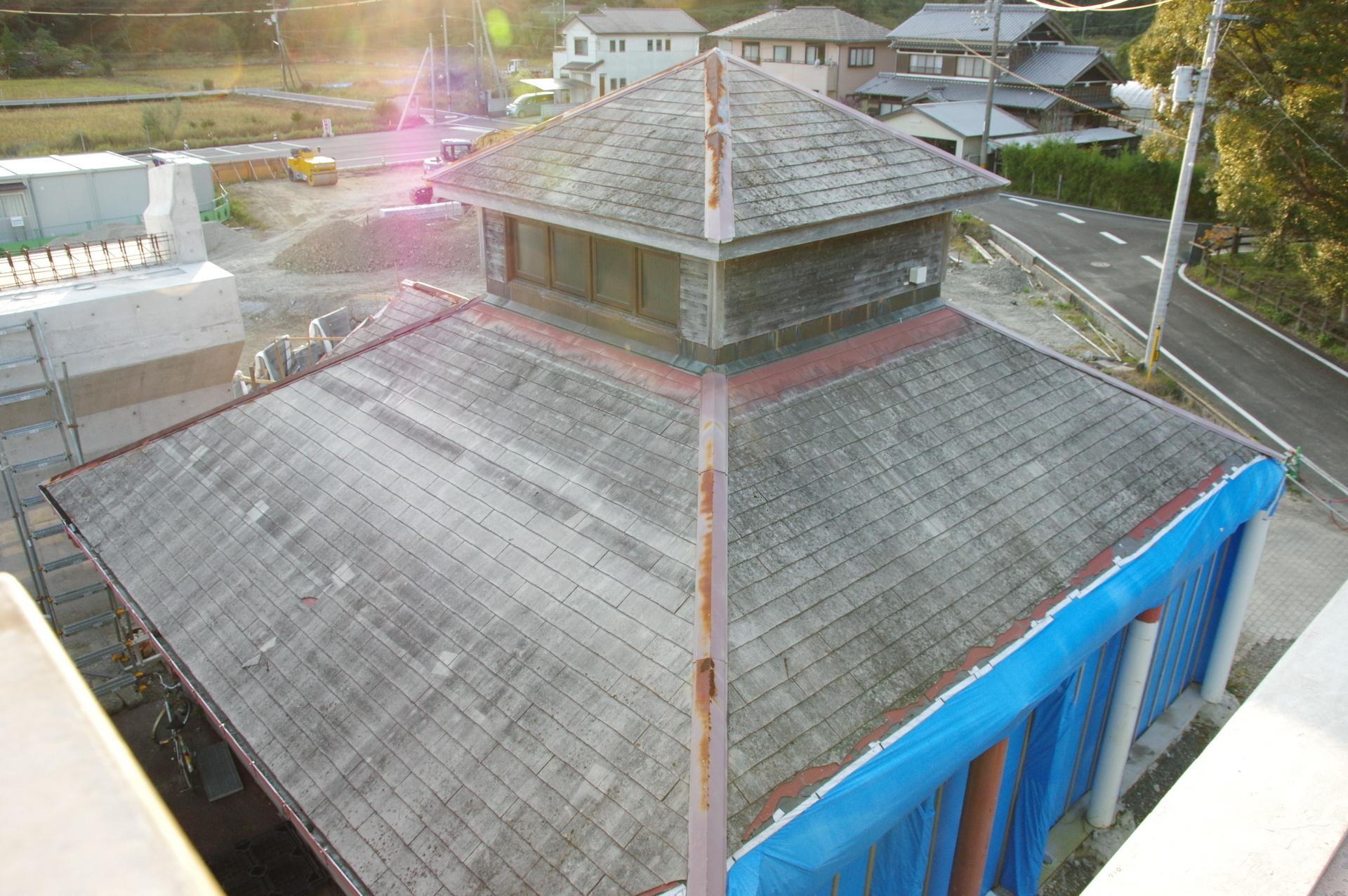 北側の壁が養生されている駅舎
