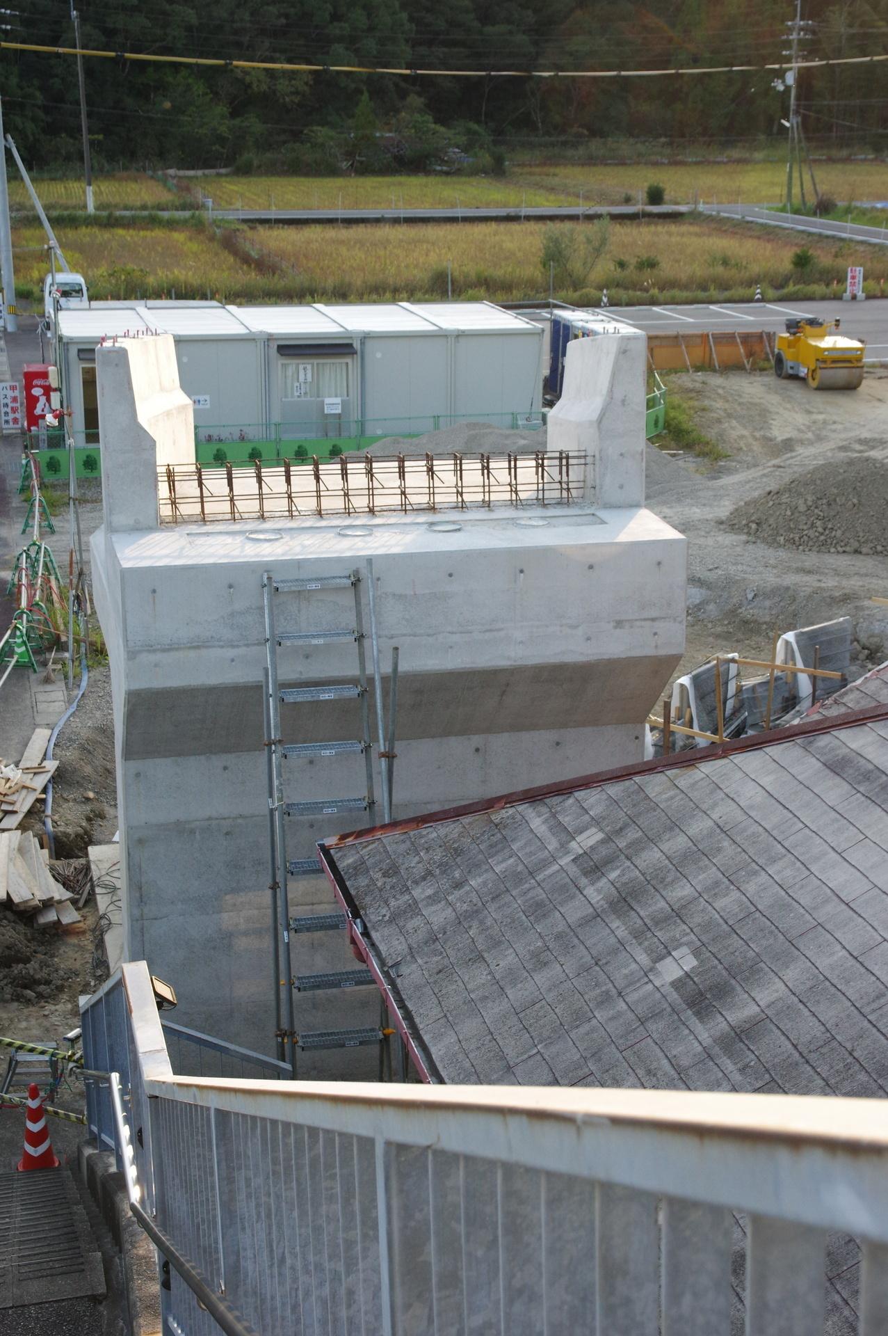 橋脚と工事現場を歩道橋上から俯瞰