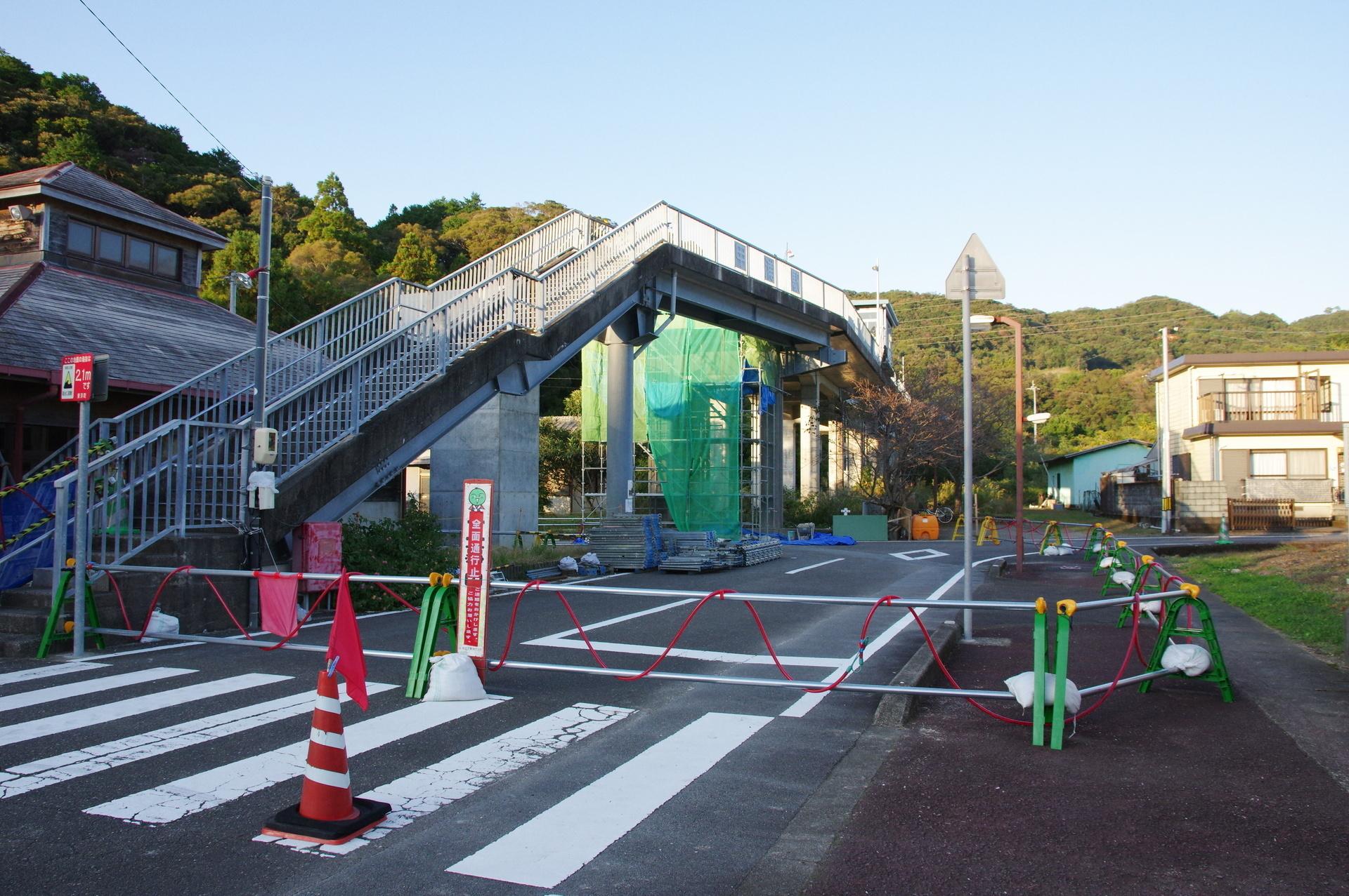 工事中の駅前と歩道橋