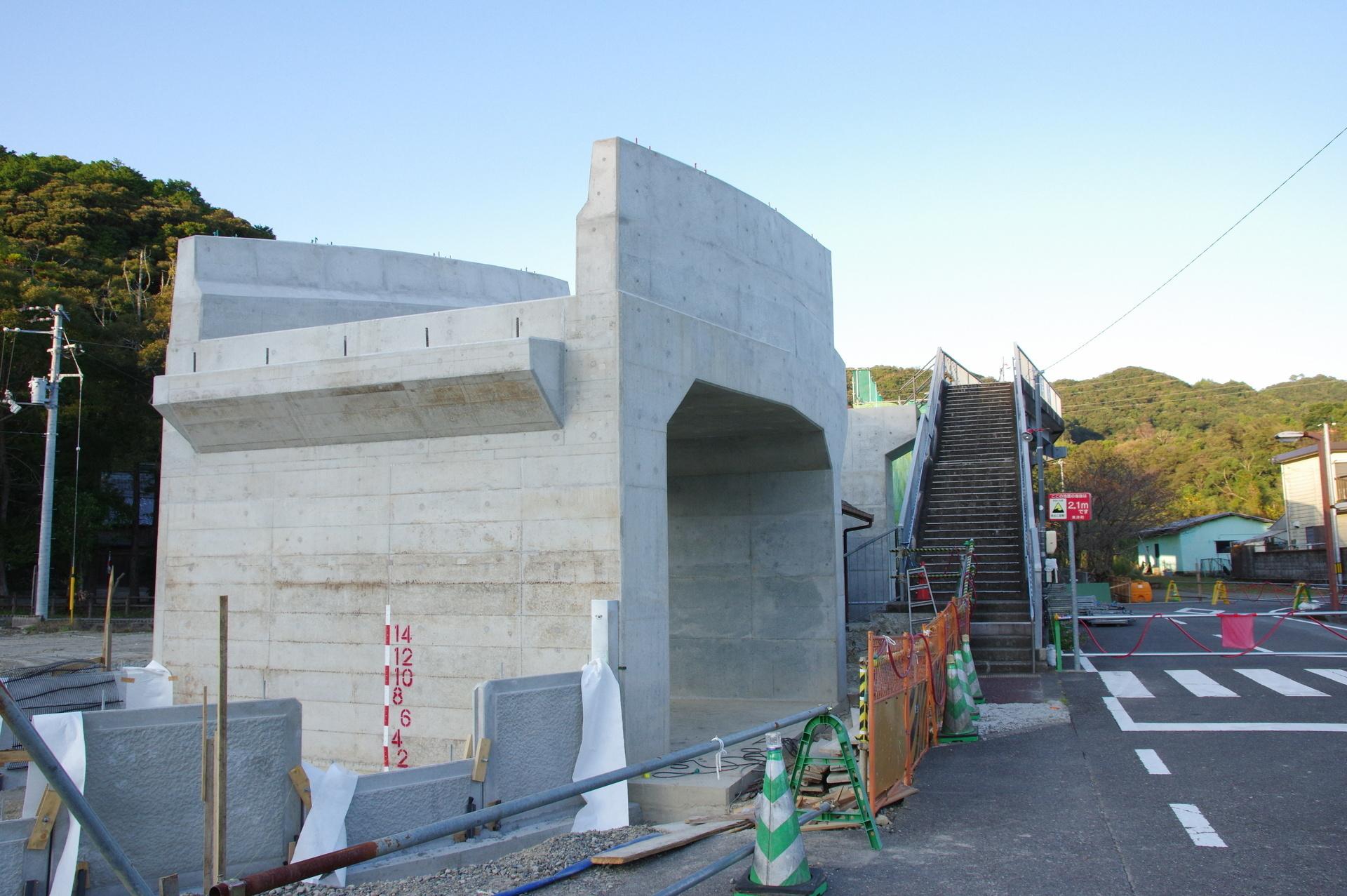 通路が設けられている大型の橋脚