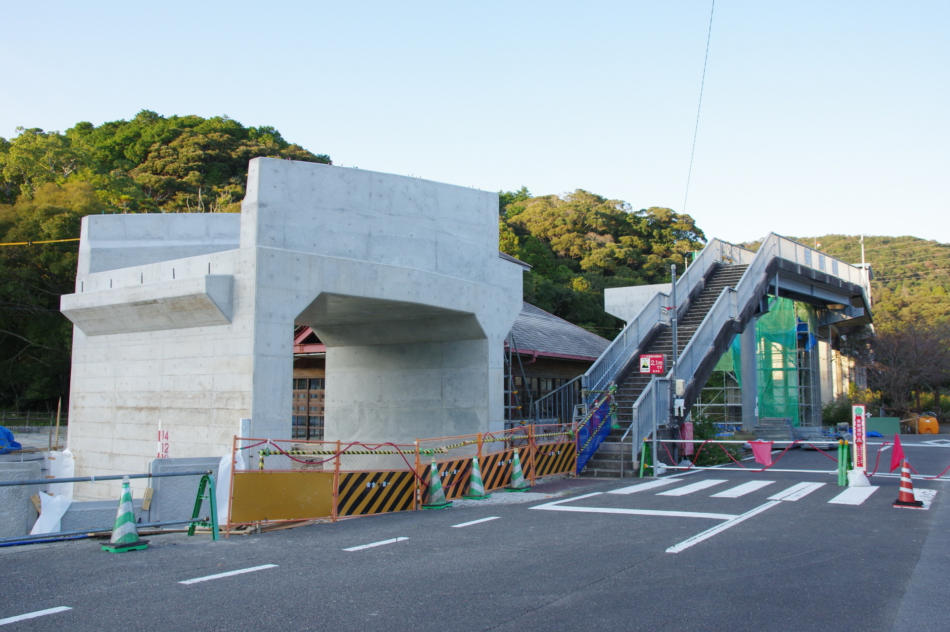 橋脚と駅の全景