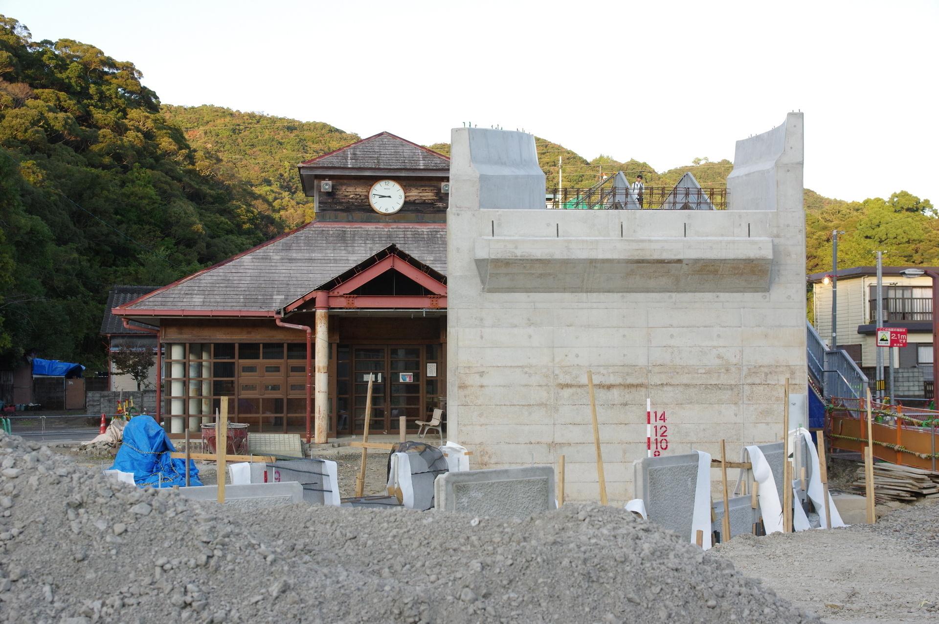 駅舎正面と橋脚
