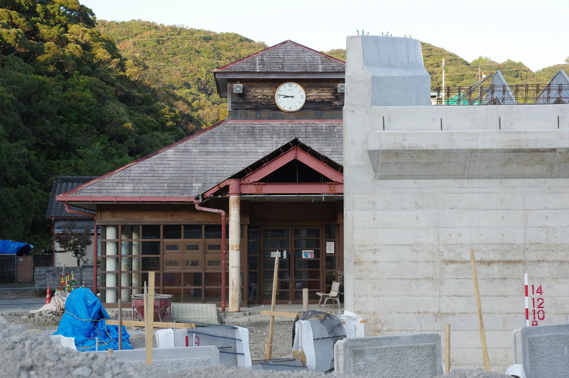 建設中の橋脚と工事中の駅舎