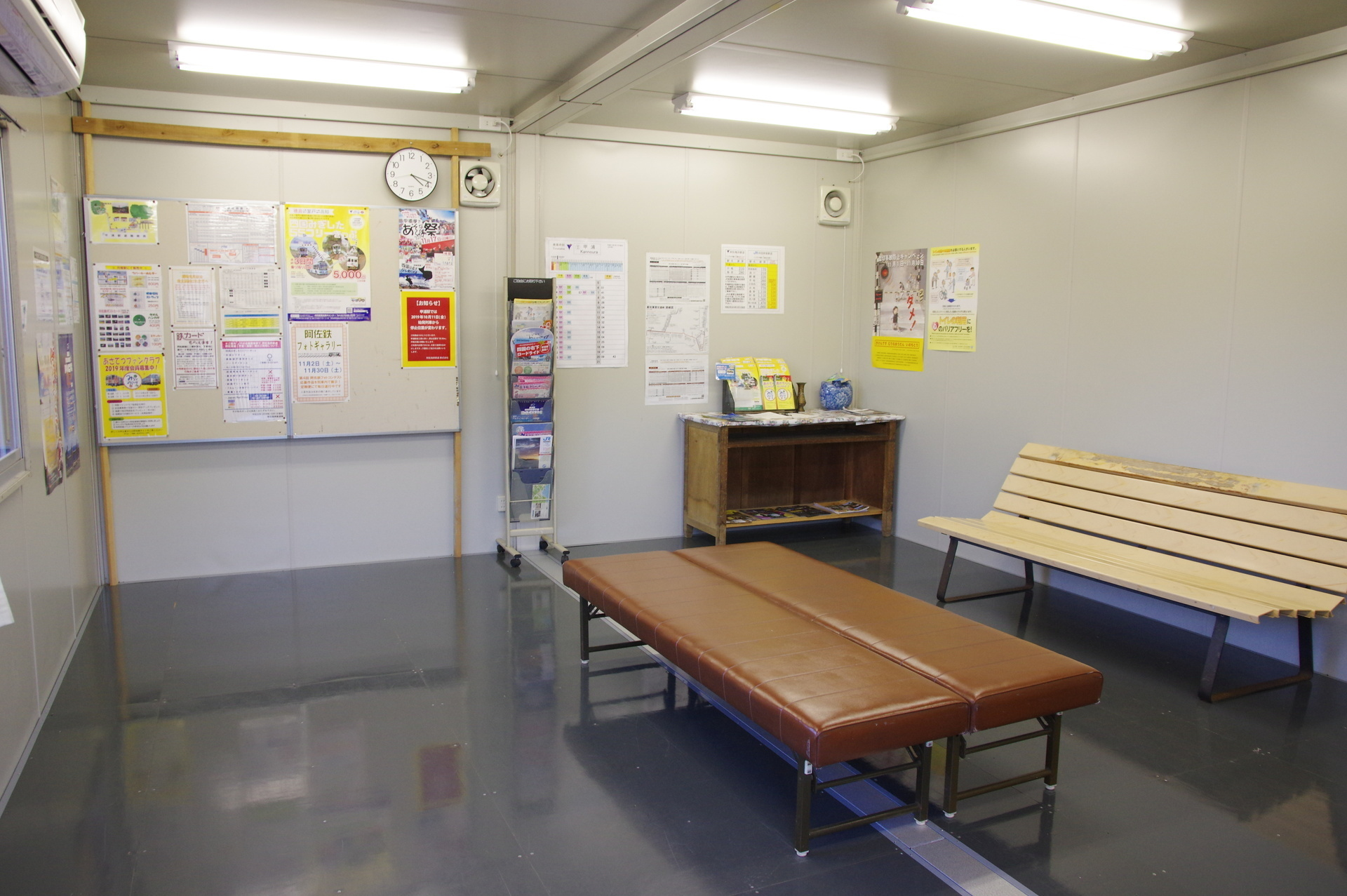 バス待合室内部