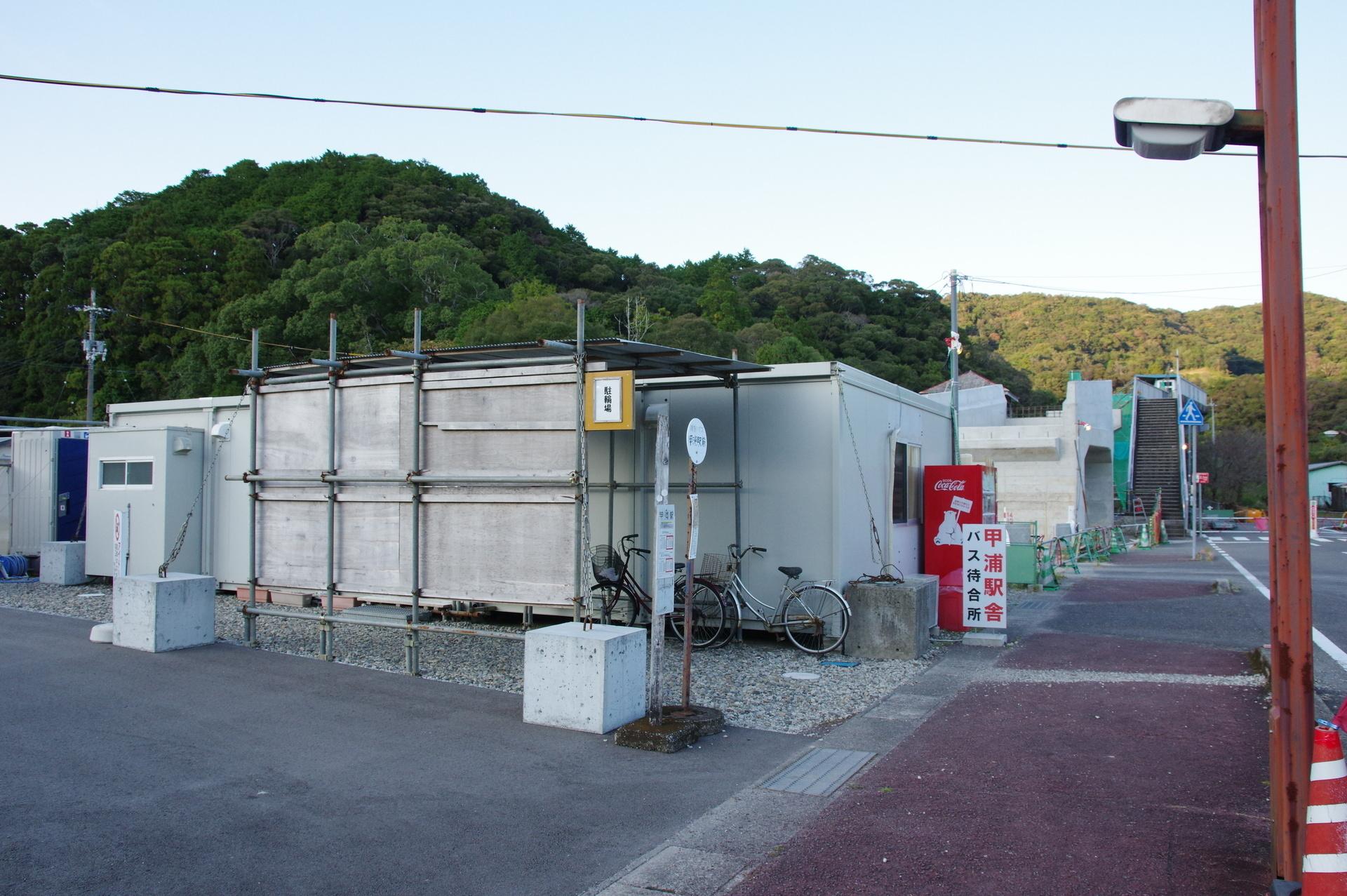 仮駅舎の駐輪場とトイレ