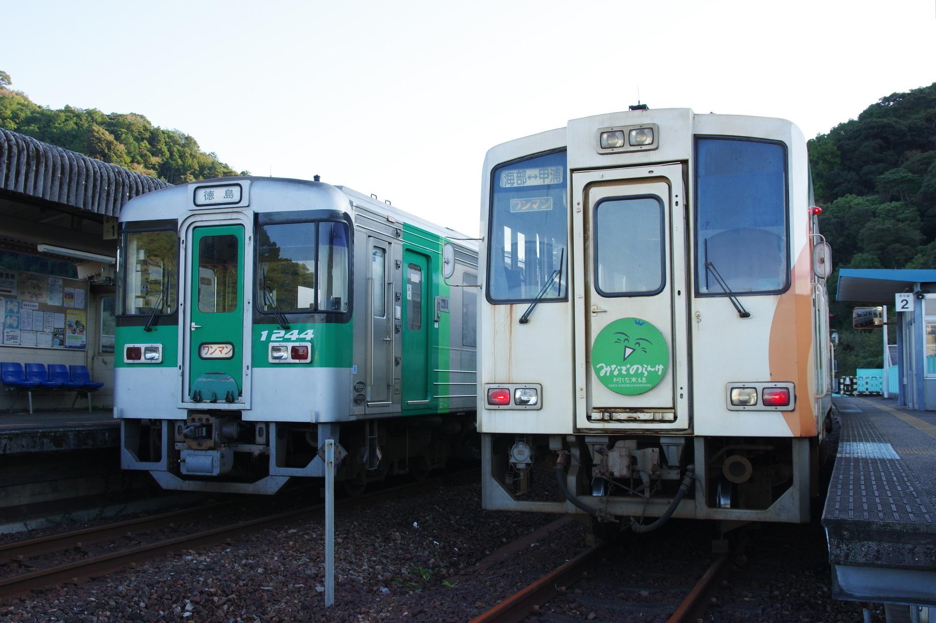 停車中のJR1200形と阿佐鉄車