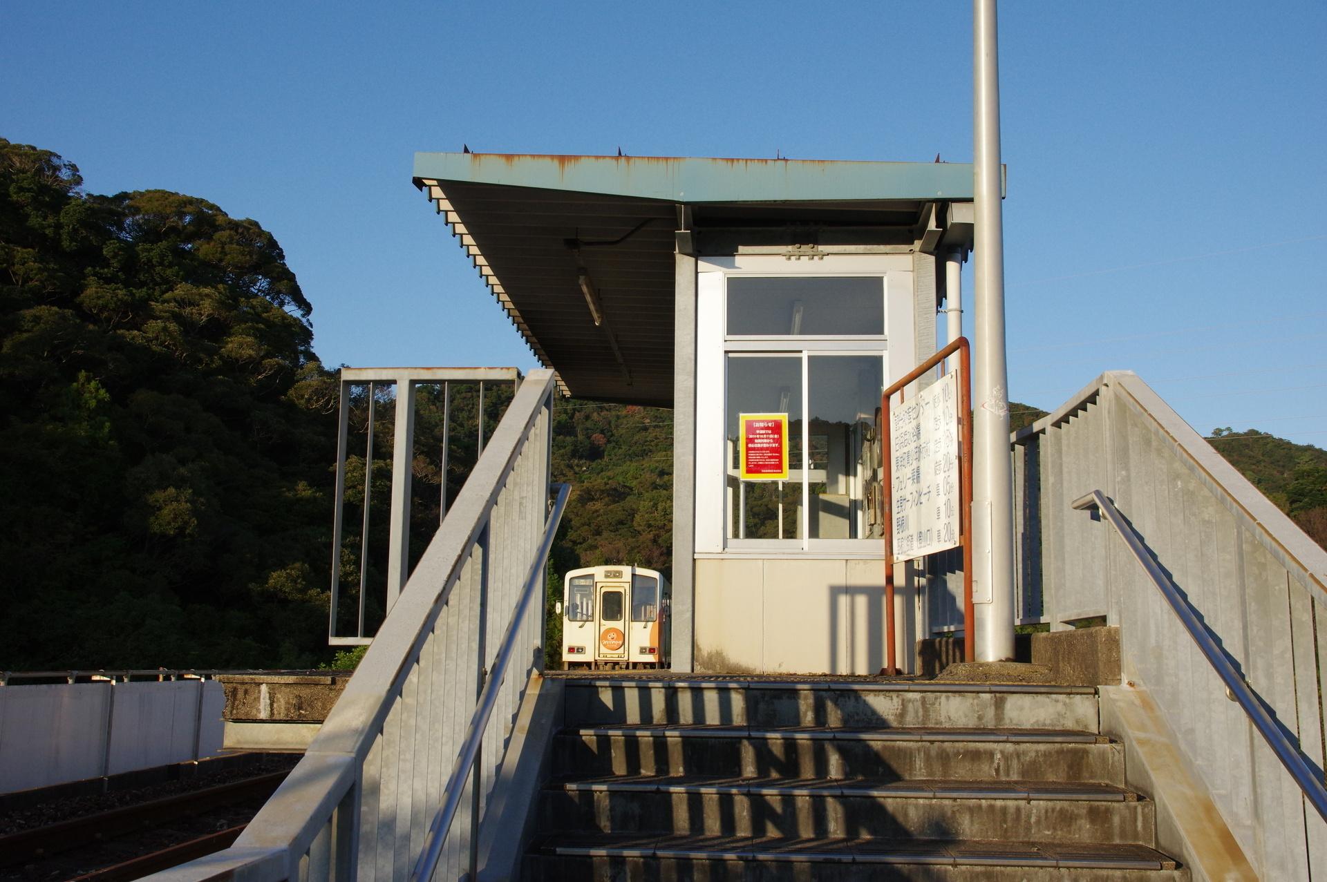 待合室と列車