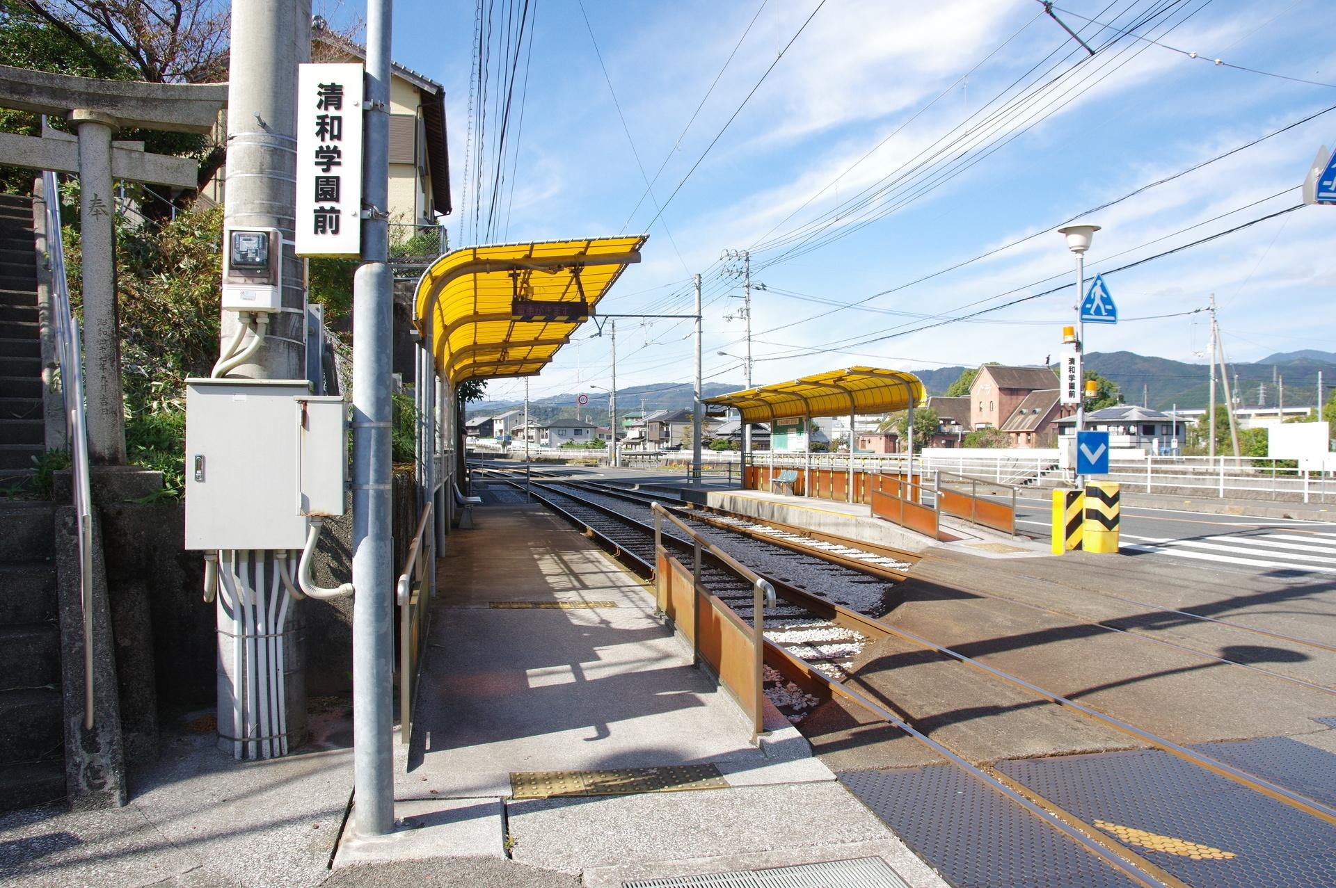 清和学園前駅のホーム入口