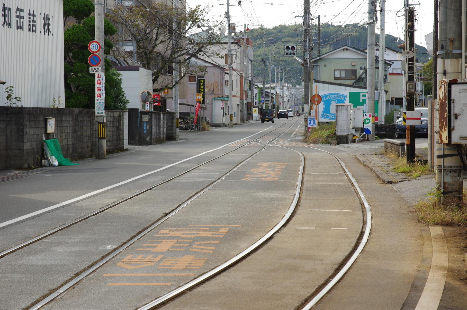 線路の間に文字がペイントされている信号所