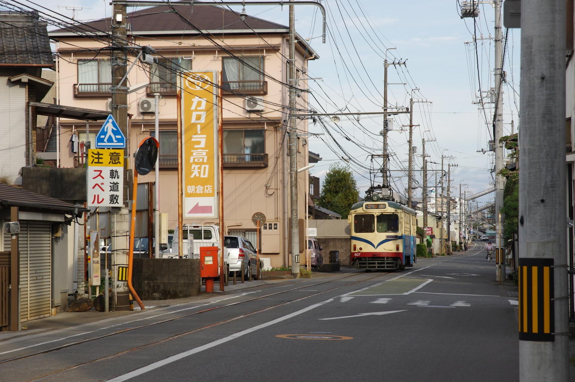 曙町東町駅を発車する列車