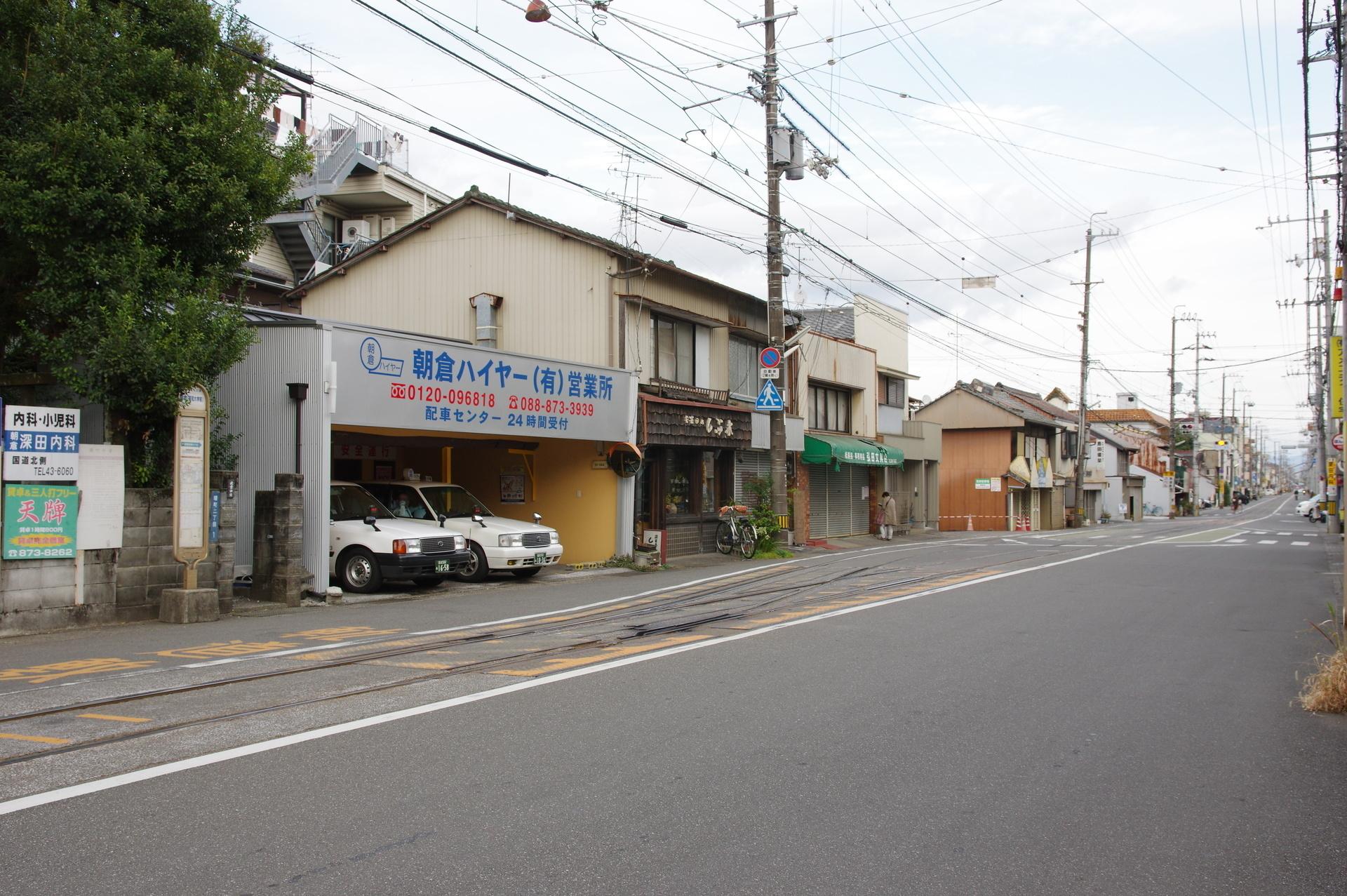 朝倉駅とタクシー車庫とバス停
