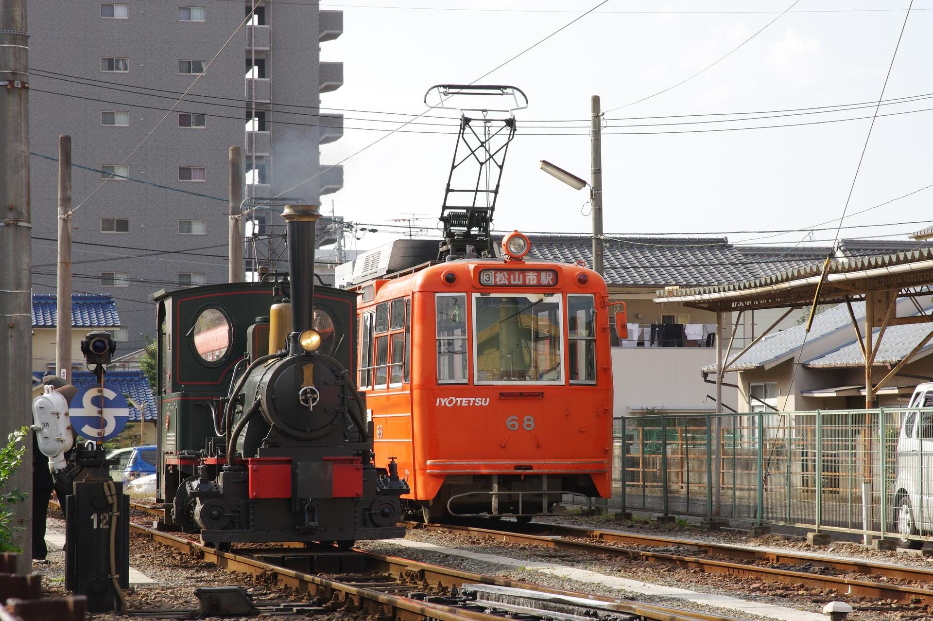 D1形機関車とモハ50形の並び