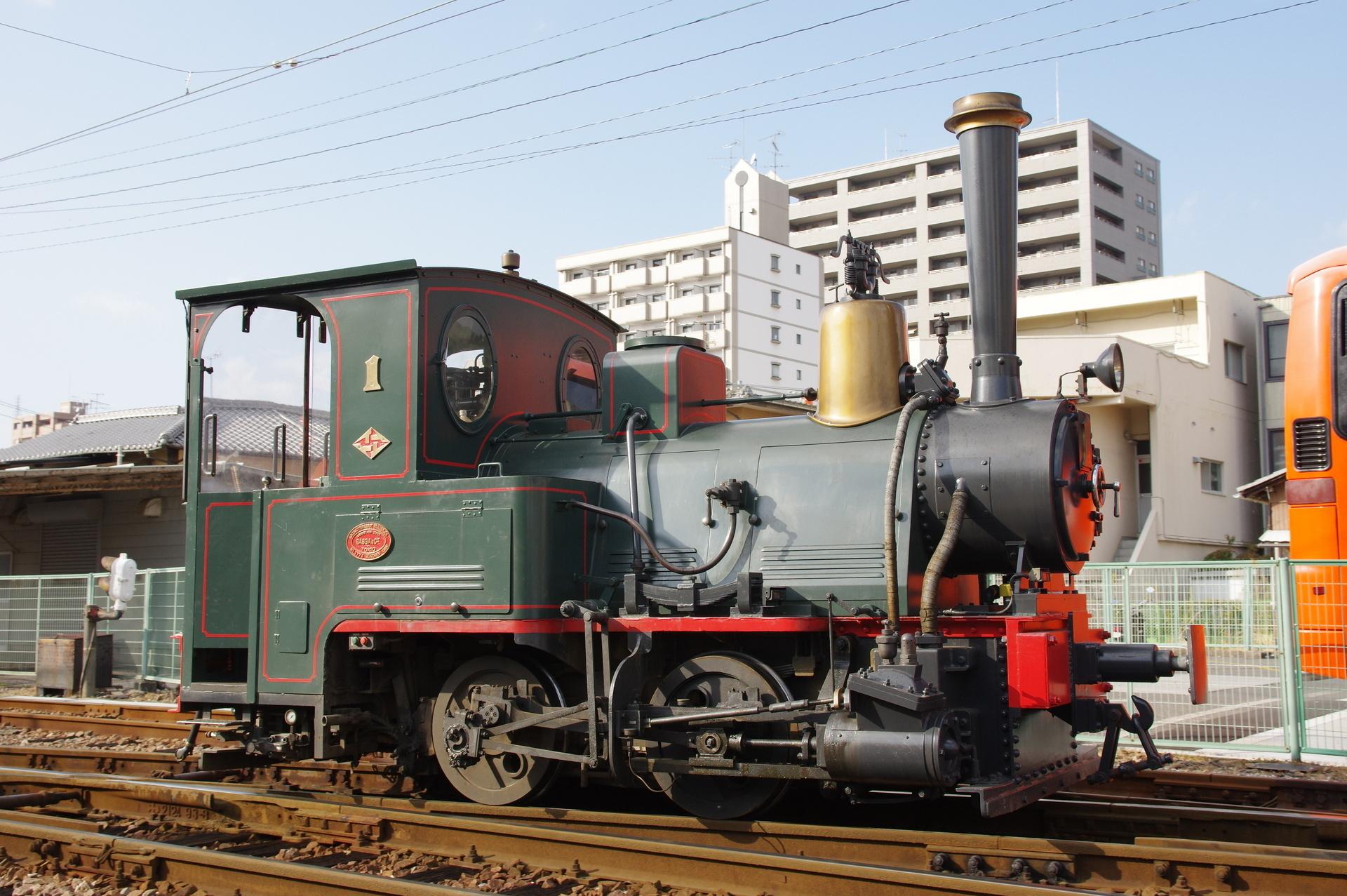 バック運転で移動するD1形機関車