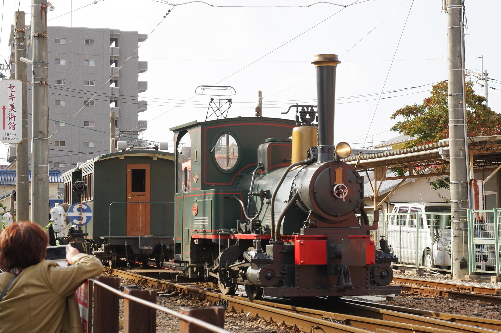 客車に連結されるD1形機関車