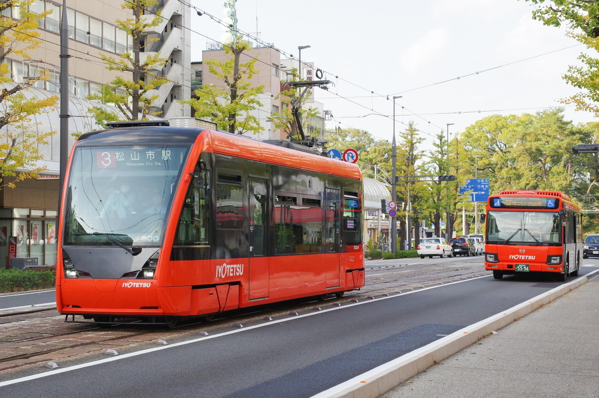 伊予鉄バスと並走するモハ5004号