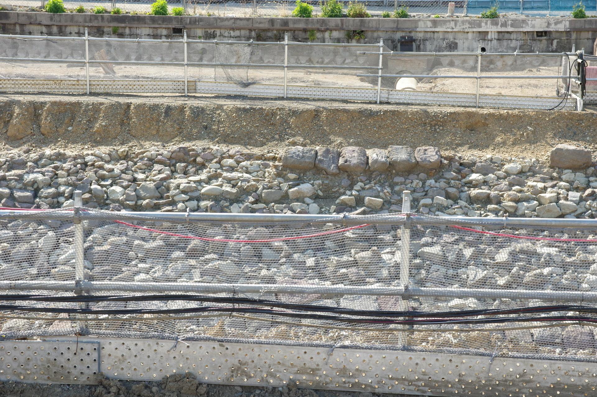 築堤上面に白いパイプが埋め込まれている箇所