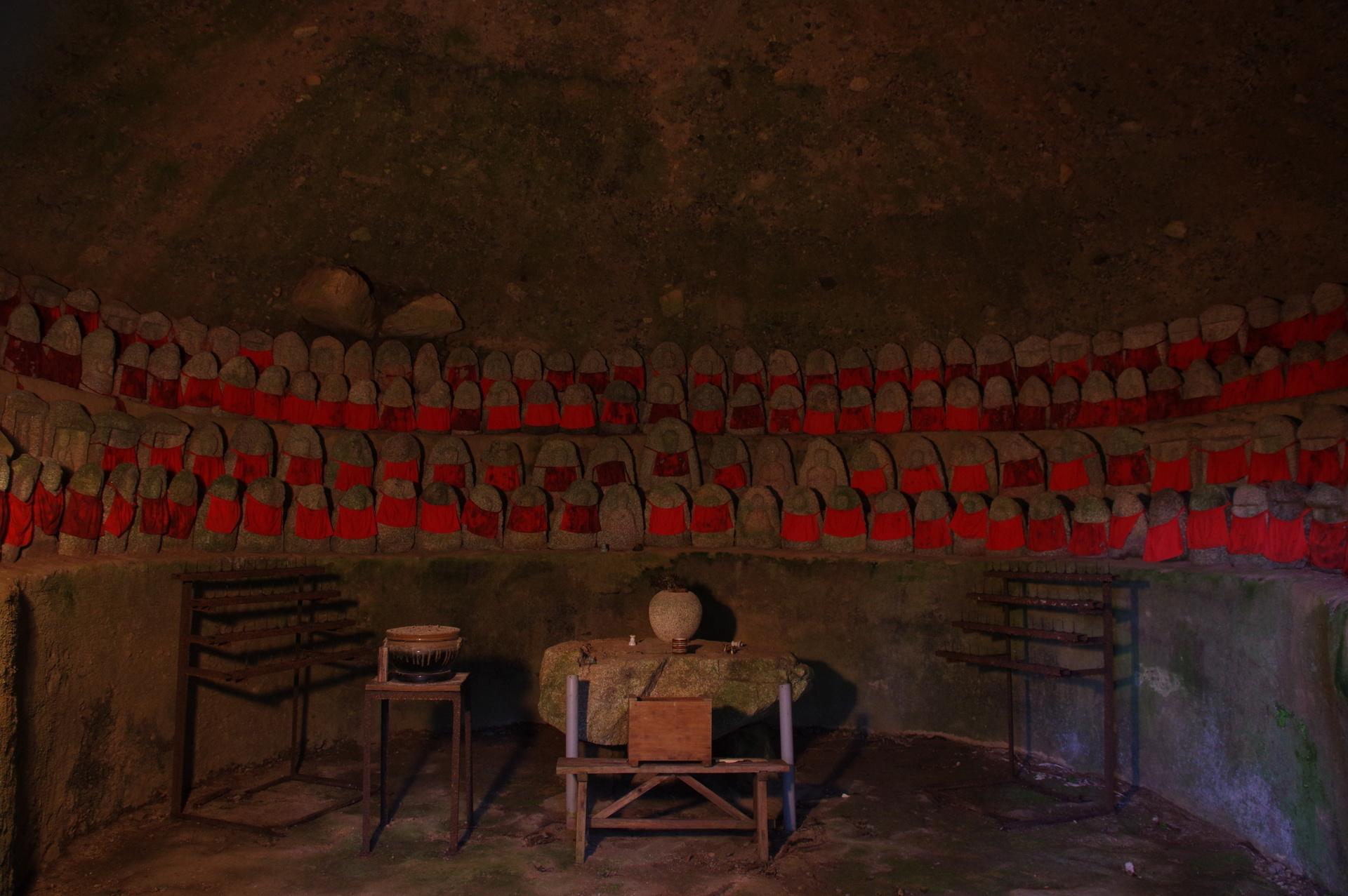 洞窟内に並ぶお地蔵様