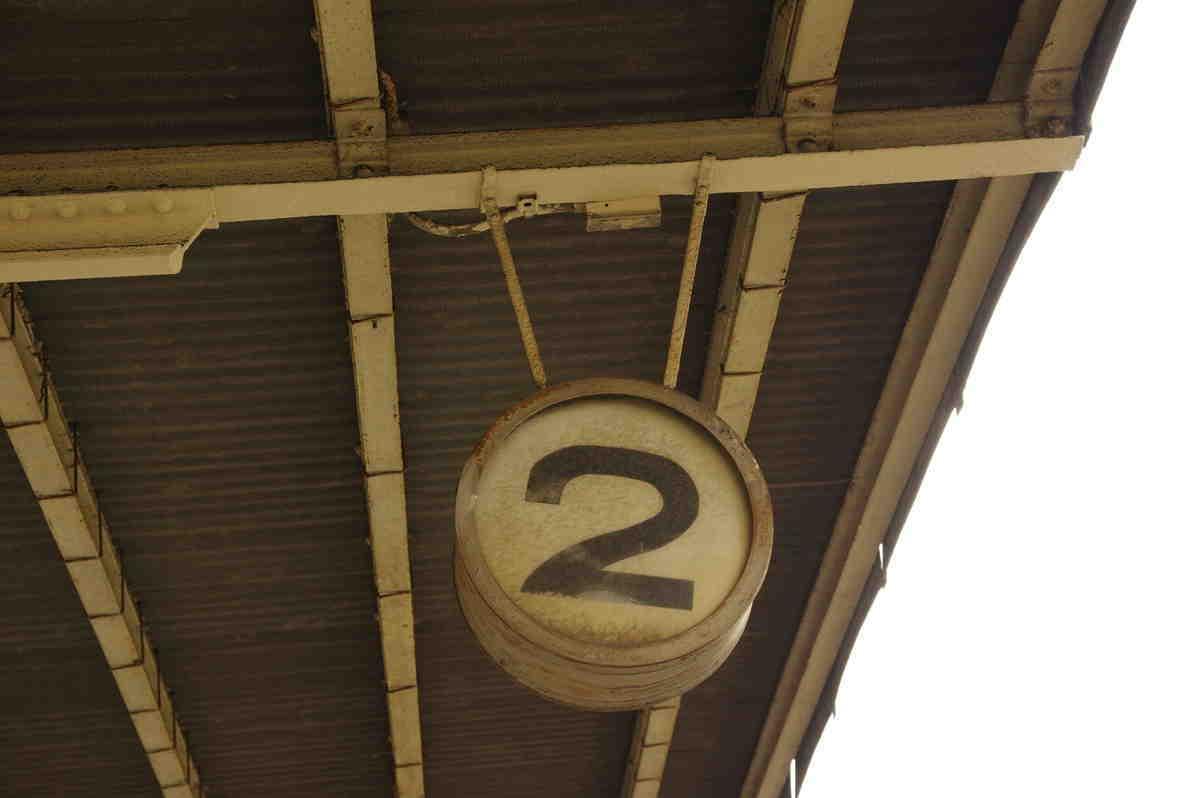 2番線の番線案内(駅出口側)