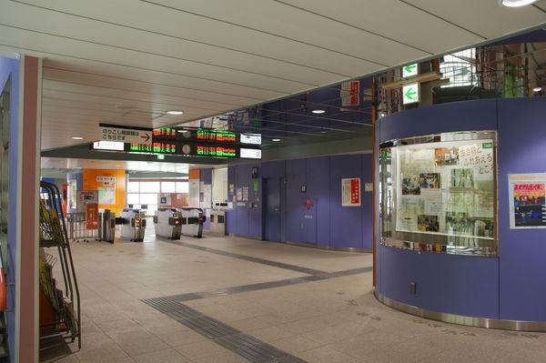 多摩動物公園駅の改札口付近