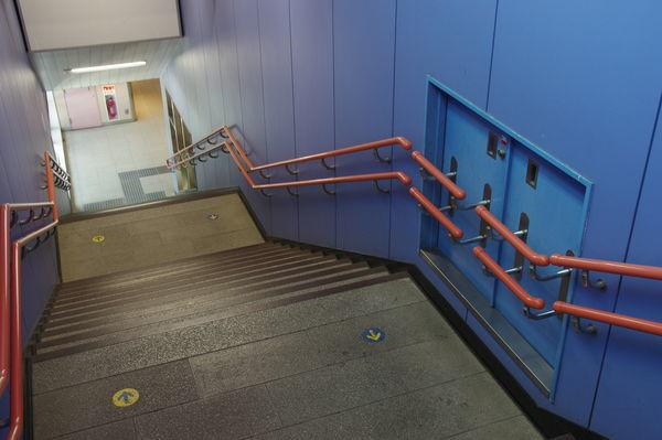 多摩動物公園駅の階段の途中にある扉
