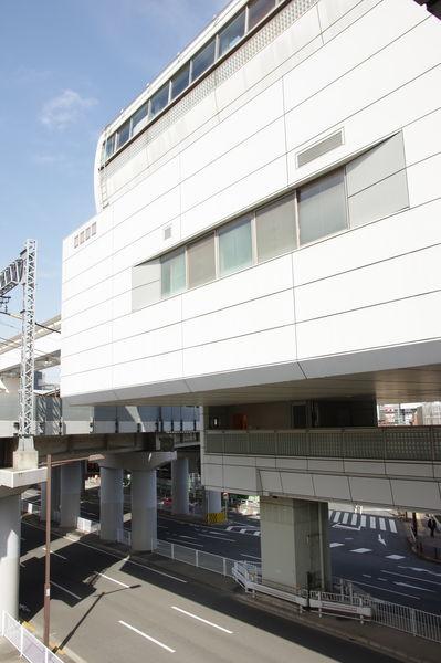 多摩センター駅のエレベータ付近と小田急線高架