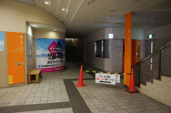 閉鎖され、照明が点いていない多摩センター駅1番線の階段付近