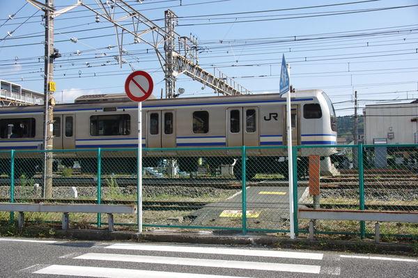 山の根踏切跡を通過する列車