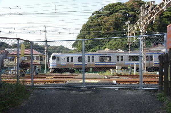 踏切跡を通過する列車