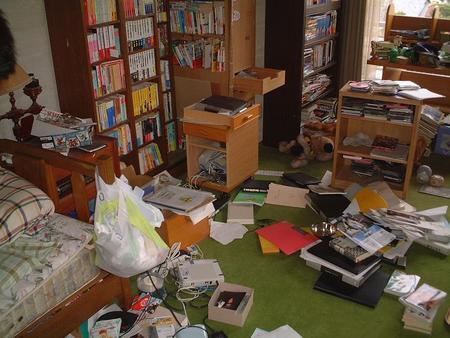 雑誌の切り抜き中。超汚い部屋の法則が乱れる!