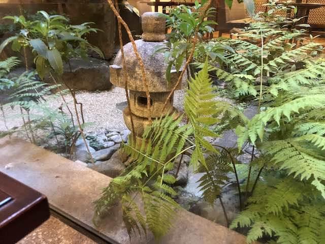 湖月堂 ビルの中なのに坪庭が作ってあります。