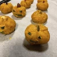 かぼちゃの皮で、顔を作り、頭にドライフルーツなど。