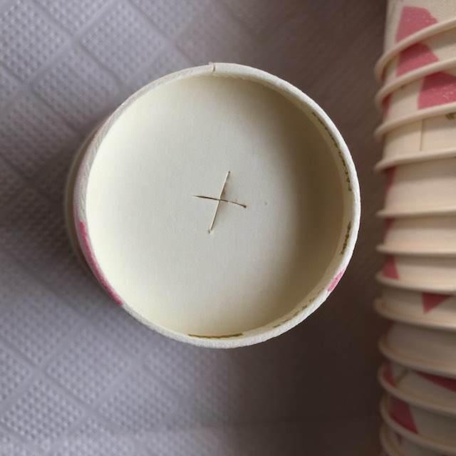 穴を空けるためにカッターで十字に切れ目を入れる