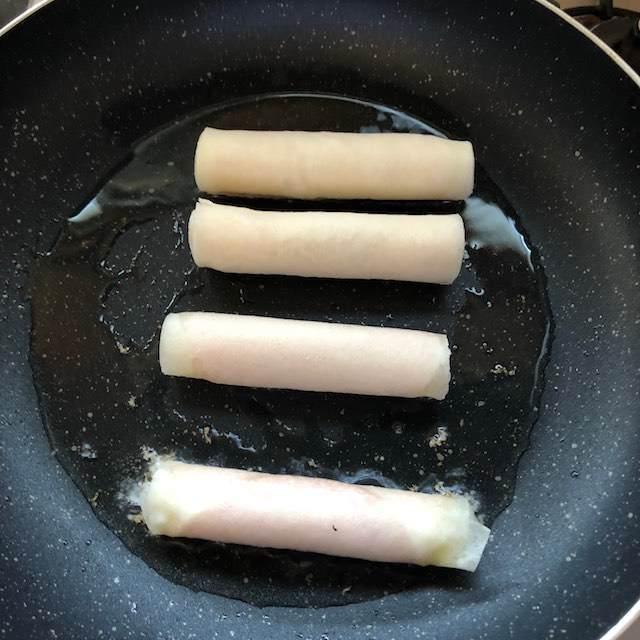 フライパンで多めの油で焼きます。
