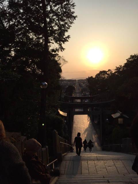 夕陽の宮地嶽神社参道