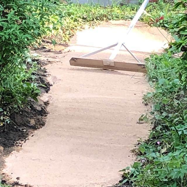 固まる土をトンボで平らにならして・・・
