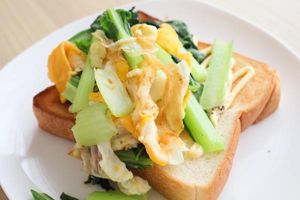 小松菜とスクランブルエッグトースト