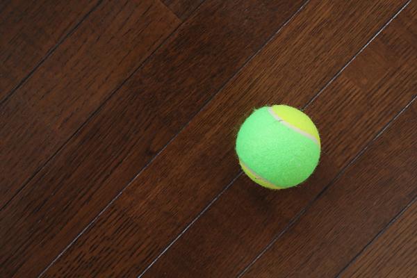 テニスボールと床