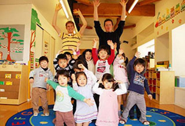 =ENGLISH EXPRESS INTERNATIONAL SCHOOL - 美しが丘校の教師と園児