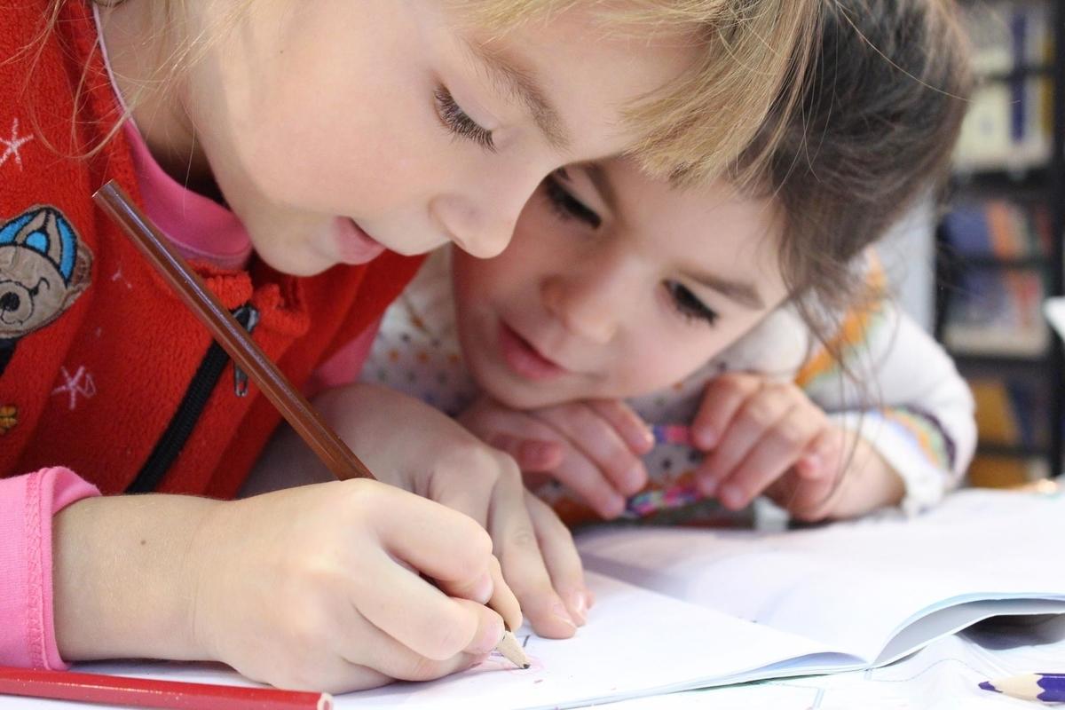 幼稚園で英語を一生懸命勉強する子供達の授業風景
