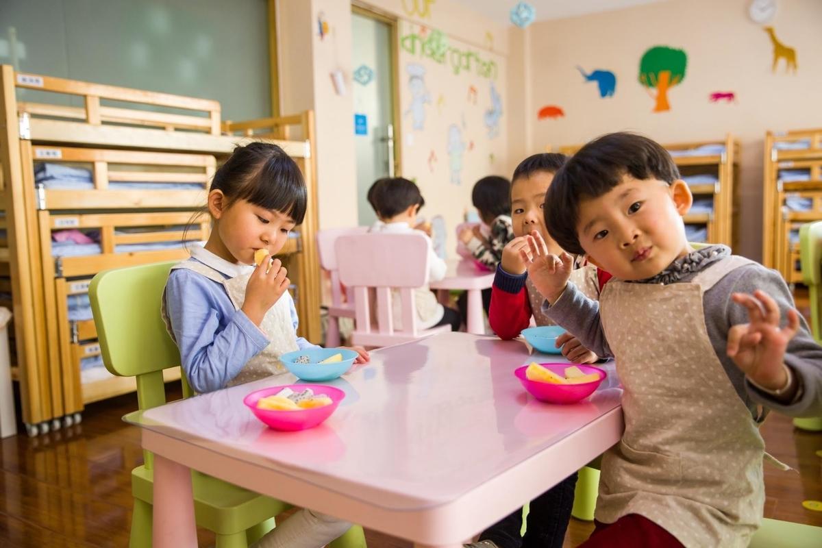 英語教育のある幼稚園でのかわいい子供達のおやつ風景