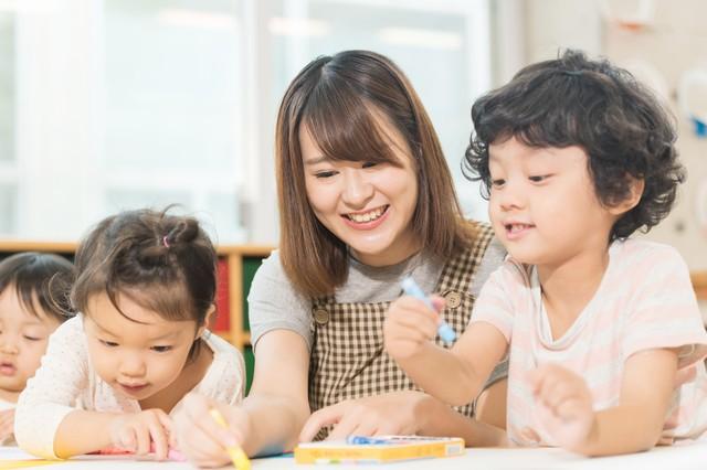 幼稚園の先生の笑顔