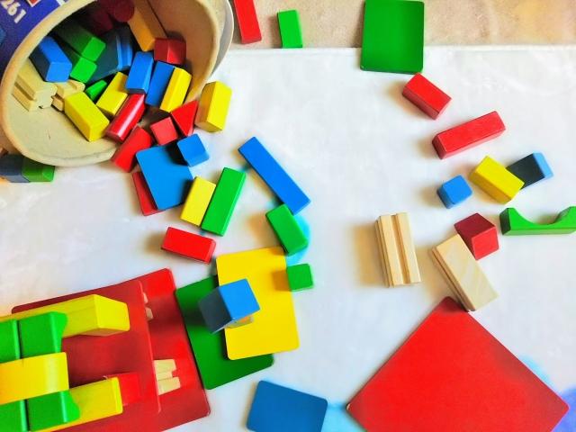 幼稚園受験する子供の不安を表す、散らかった積み木