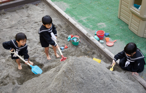 砂場で遊ぶ月影幼稚園の子供達