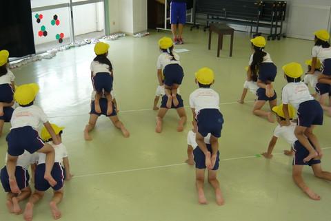 長福寺幼稚園にて体操をしている園児たち
