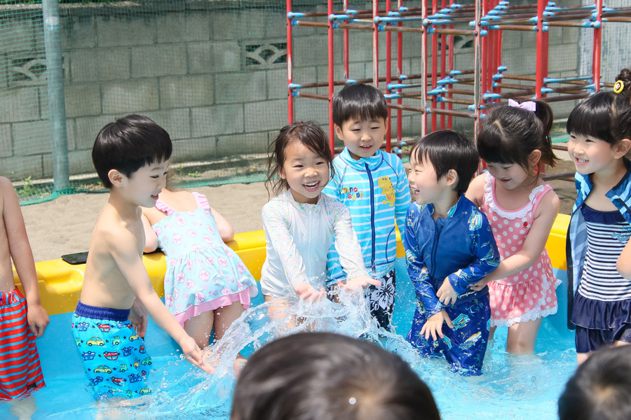 長福寺幼稚園のプールで遊ぶ子供たち