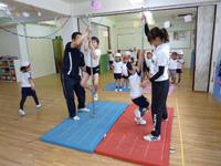 日吉台光幼稚園で体操をする園児