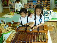 日吉台光幼稚園で楽器を楽しむ子供