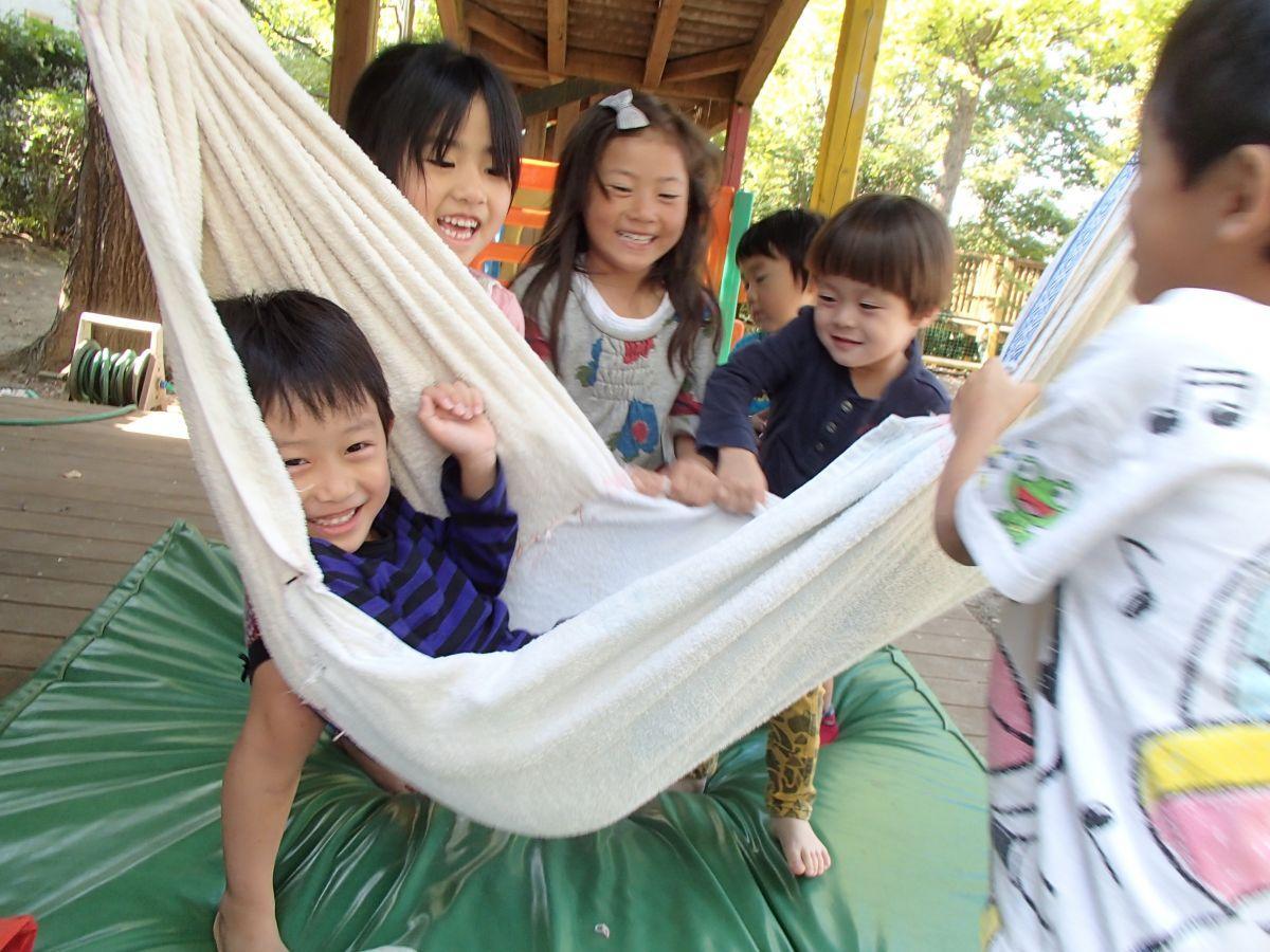 ゆうゆうの森幼保園で遊ぶ園児